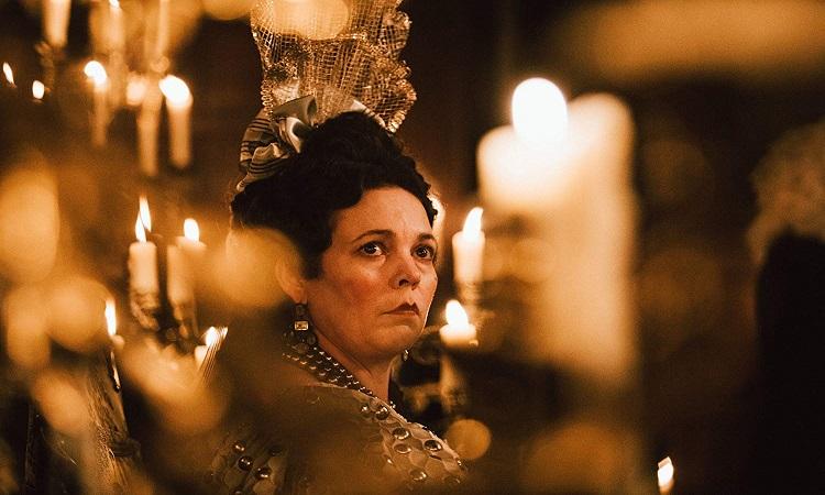 Sarayın Gözdesi filminde Kraliçe Anne (Olivia Colman)