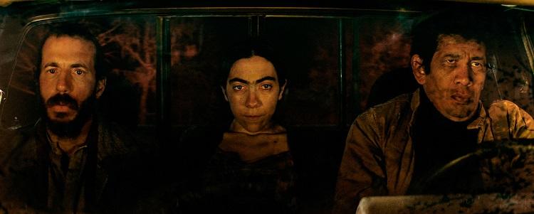 Mahvol, Mahluk, Mahvol filmindeki bir sahne. Soldan sağa: Francisca'nıneşi, Francisca, Francisca'nın sevgilisi Cruz
