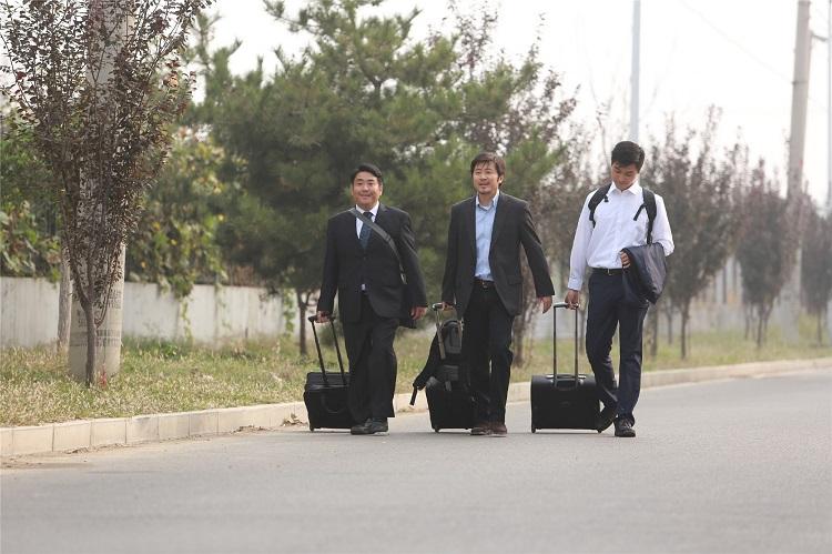 Düşüş filmindeki bir sahnede Bay Lin (Ortadaki))